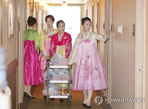 8月21日,在朝鲜外金刚山酒店,朝方提供午餐盒饭。(韩联社)