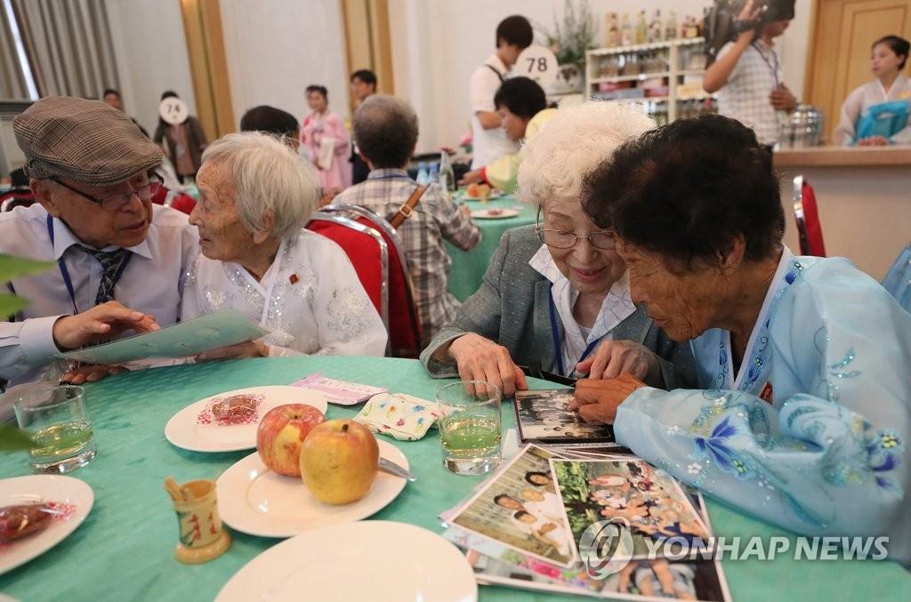 8月20日,第21次韩朝离散家属团聚活动在朝鲜金刚山举行。图为朝方最高龄离散亲属曹顺道(89岁,左二)与其在韩弟弟曹道载相拥交谈。右起为其在朝姑姑曹炳朱和在韩妹妹曹惠道。(韩联社)