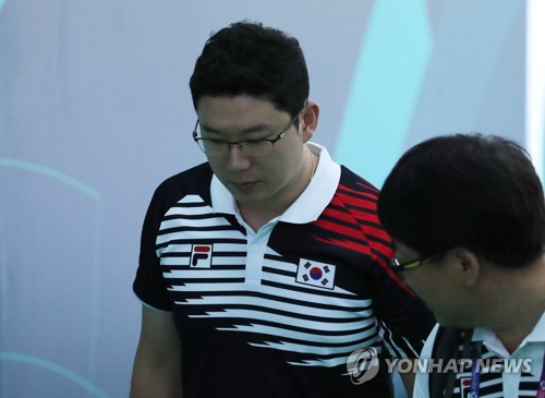 8月21日,在雅加达亚运男子10米气手枪决赛后,秦钟午黯然退场。(韩联社)