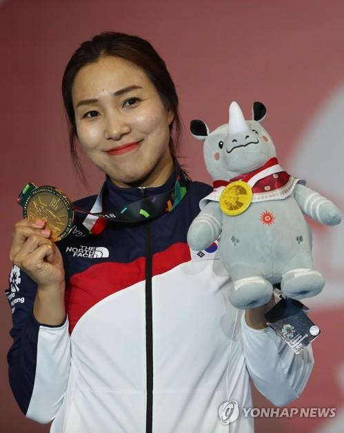 21日下午,在雅加达,康英美站在女子重剑个人赛领奖台上。(韩联社)