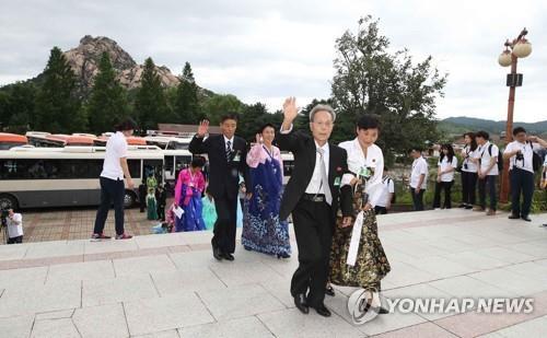 资料图片:8月21日上午,在朝鲜金刚山,为出席离散家属单独会面,朝方离散家属走进酒店。(韩联社)