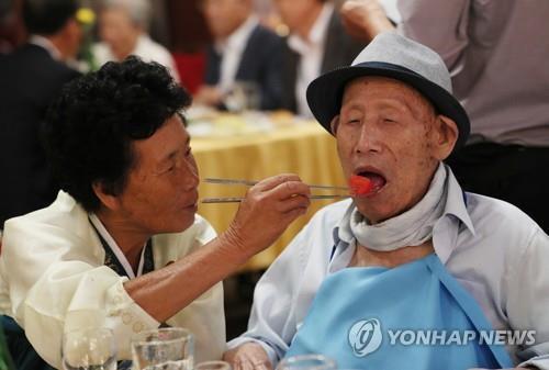 韩朝离散家属首轮团聚结束 韩探亲团返回
