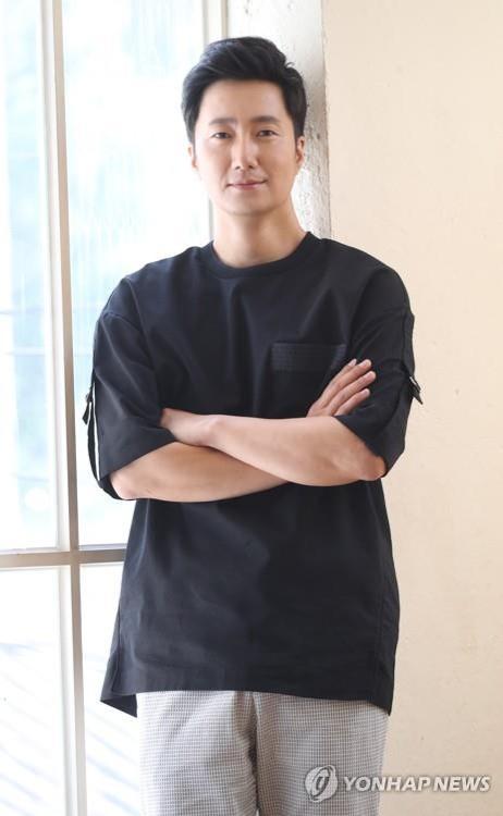 8月22日,在首尔钟路区,演员朴海日接受记者采访。(韩联社)