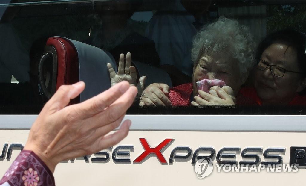 8月22日下午,在朝鲜金刚山,为期3天的韩朝离散家属首轮会面活动于当天下午结束。韩朝亲人隔着车窗挥泪道别。(韩联社)