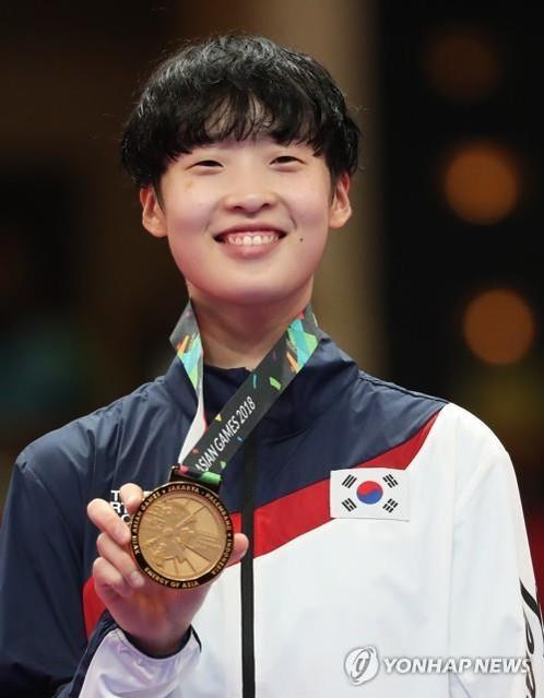 8月21日,在雅加达国际会展中心,李多彬摘得女子跆拳道67公斤级以上金牌。(韩联社)