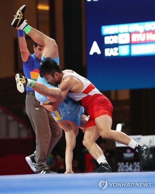 8月21日,在雅加达亚运古典式摔跤场,柳汉寿倒拔垂杨柳。(韩联社)