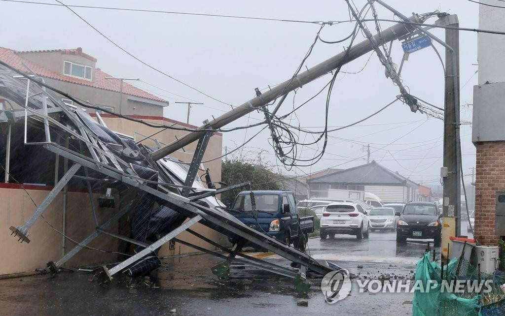 8月23日上午,在济州市,一处电线塔因台风袭击倒塌。(韩联社)