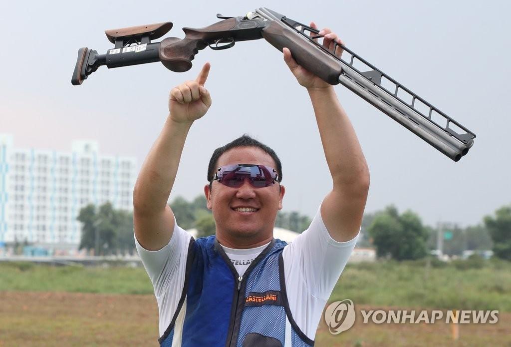 当地时间8月23日,在印尼巨港体育中心射击场,韩国选手申铉佑在2018雅加达亚运会射击男子飞碟双多向决赛中夺冠后欢呼庆祝。(韩联社)