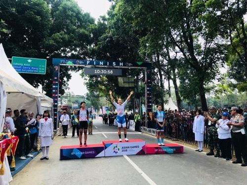 罗雅凛站上冠军领奖台。(韩联社/大韩自行车联盟提供)