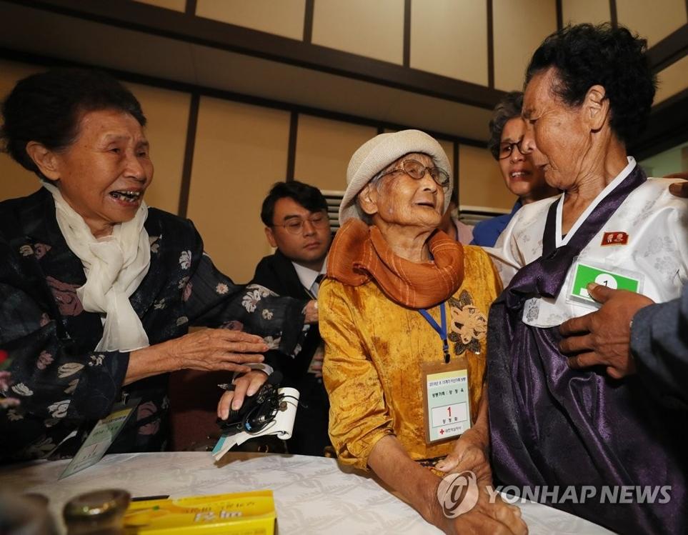 8月24日下午,在朝鲜金刚山,探亲团中最高龄的百岁老人姜正玉(右二)与85岁的在朝妹妹团聚。(韩联社)