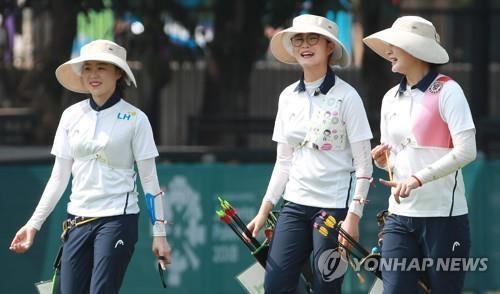 8月25日,韩国女子射箭代表队进行亚运会赛前训练。(韩联社)
