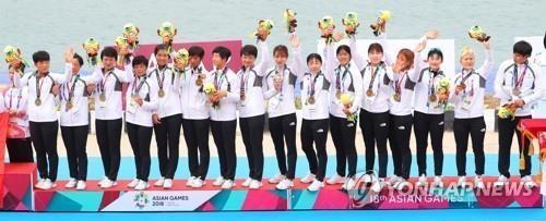 8月25日,在雅加达亚运会领奖台上,朝韩联队领取女子龙舟200米比赛铜牌。(韩联社)