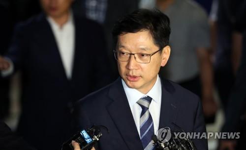 8月18日凌晨,在首尔,网舆操纵案涉案人、庆尚南道知事(相当于省级行政区首长)金庆洙在其拘捕令被驳回后走出首尔拘留所。(韩联社)