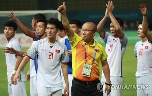 资料图片:8月27日,在印尼勿加西爱国者体育场,越南U23国家足球队和主帅朴恒绪(前排右一)庆祝胜利。(韩联社)