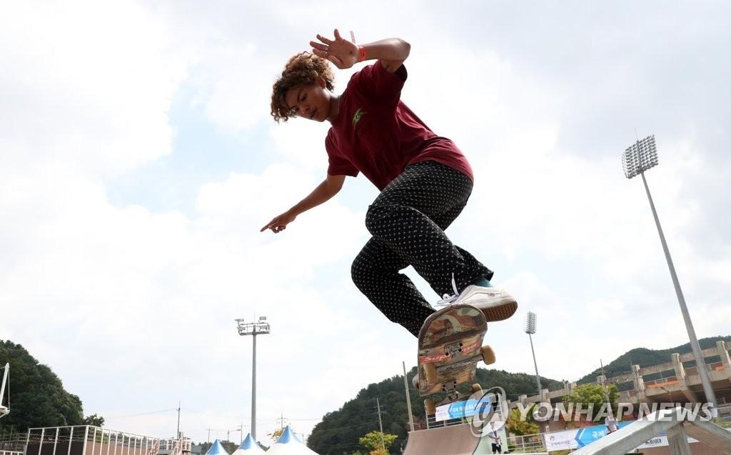 参加轮滑项目的选手在比赛中。(韩联社)