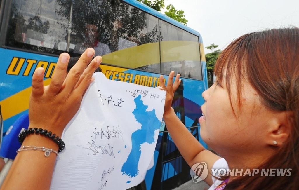 当地时间8月28日下午,位于印尼巨港,韩朝皮艇联队选手为彼此送行。(韩联社)