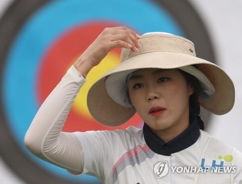 8月23日,在雅加达亚运女子个人反曲弓16强赛上,韩国选手张惠珍核实环数后走回射箭位,最终止步8强。(韩联社)
