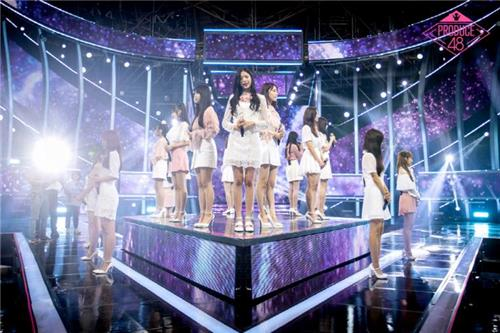 图为8月30日播出的韩国Mnet选秀节目《Produce 48》决赛现场(韩联社/Mnet提供)