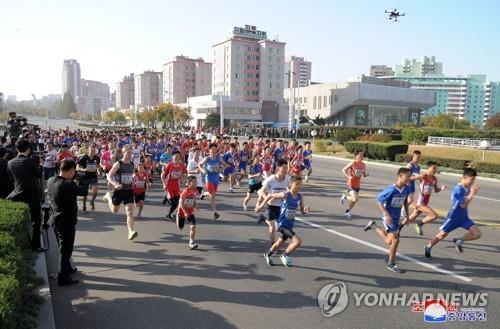 资料图片:第一届朝鲜秋季国际马拉松比赛盛况。图片仅限韩国国内使用,严禁转载复制。(韩联社/朝中社)