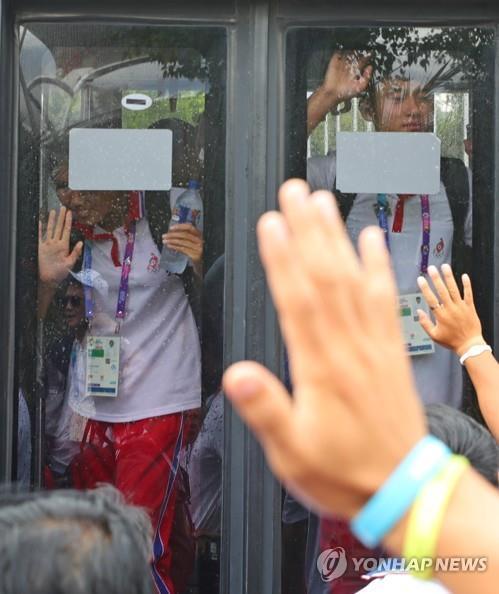 资料图片:当地时间8月28日下午,位于印尼巨港,韩朝皮艇联队选手为彼此送行。(韩联社)
