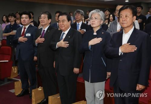 9月3日上午,在国民外交论坛上,出席人员向国旗敬礼。(韩联社)
