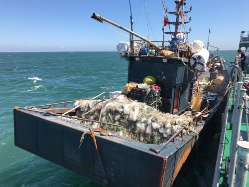 韩海警扣押疑越境偷渔中国船