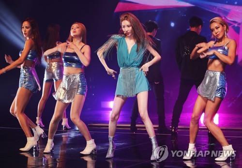 9月4日下午,在首尔市梨花女子大学三星馆,宣美在新辑抢听会上演唱主打歌《siren》。(韩联社)