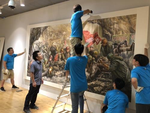 资料图片:亮相光州双年展的朝鲜美术作品(韩联社)