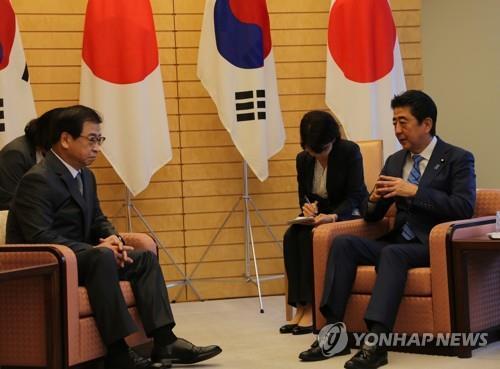9月10日,在日本,韩国国家情报院院长徐薰(左)同日本首相安倍晋三举行会晤。(韩联社)