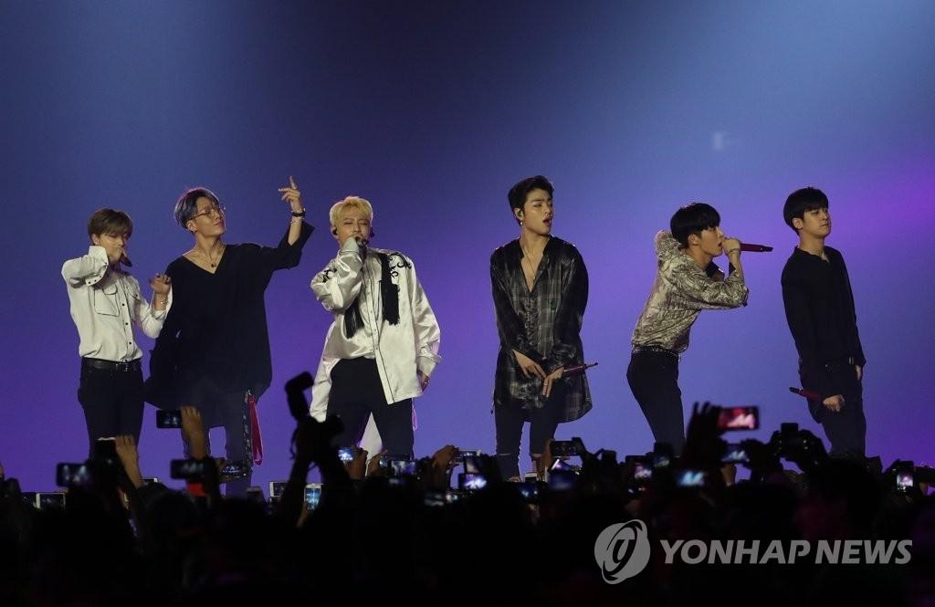 资料图片:男团iKON在2018雅加达亚运会闭幕式上进行表演。(韩联社)