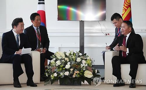 9月11日,在俄罗斯海参崴,韩国国务总理李洛渊(左)与蒙古国总统巴特图勒嘎举行会晤。(韩联社)