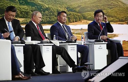 当地时间9月12日,韩国国务总理李洛渊(右一)在俄罗斯符拉迪沃斯托克远东联邦大学出席第四届东方经济论坛。(韩联社)