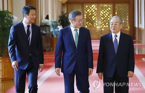 9月13日,在青瓦台,韩国总统文在寅(中)准备出席韩朝首脑会谈筹备委员会元老顾问团恳谈会。(韩联社)
