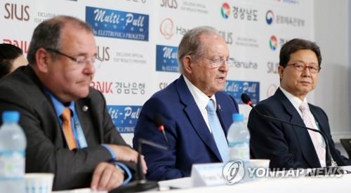 9月13日下午,在总结2018射击世锦赛的记者会上,国际射击联合会主席奥莱加里奥·瓦奎兹·拉纳(中)答问。(韩联社)