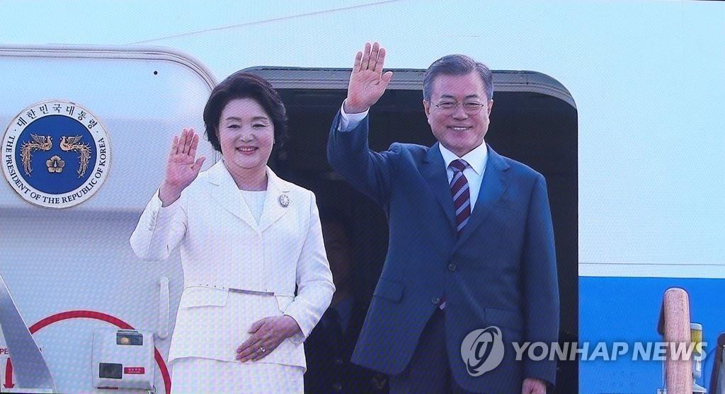 9月18日上午,在首尔机场,韩国总统文在寅和夫人金正淑女士乘机飞赴平壤。图为主新闻中心报道画面截图。韩联社
