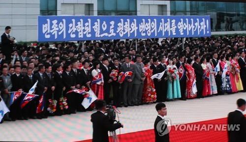 集结在顺安机场的平壤市民(韩联社/文金会新闻中心直播画面)