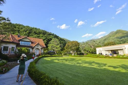 游客们在杨平郡玉泉面的一个花园里畅游。(韩联社记者成演在)