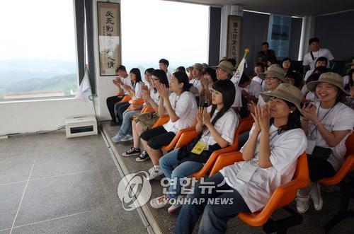 资料图片:到访涟川郡台风瞭望台的大学生们(韩联社)