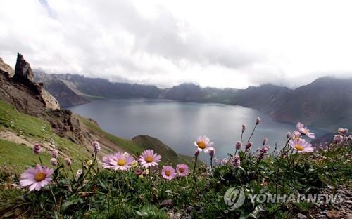资料图片:2005年的白头山天池(韩联社)