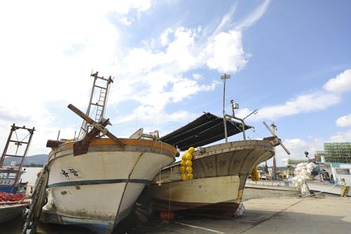 停靠在大明码头的渔船(韩联社记者成演在摄)