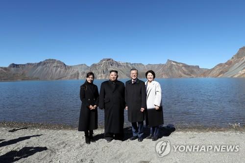 朝媒报道韩朝首脑同登白头共赏天池