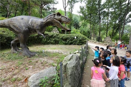 利川恐龙树木园里的小游客(韩联社记者成演在)