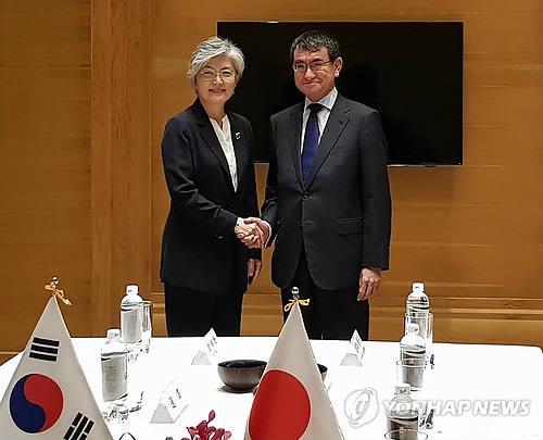 资料图片:9月11日,在越南,韩外长康京和(左)会晤日本外务大臣河野太郎。(韩联社)