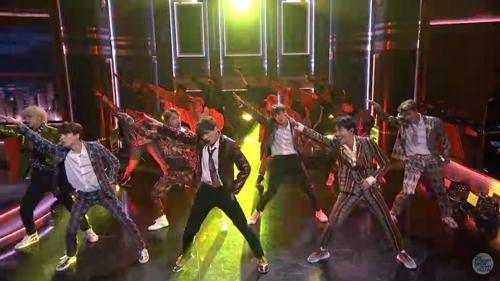 BTS出演美国NBC电视台《吉米今夜秀》,并演唱新歌《IDOL》。(Big Hit娱乐供图)
