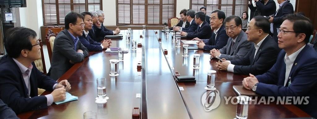 9月28日,在青瓦台,总统秘书室长任钟晳主持召开韩朝共同宣言执行委员会会议。(韩联社)