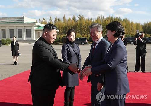 资料图片:9月20日,在三池渊机场,朝鲜国务委员会委员长金正恩夫妇为韩国总统文在寅夫妇送行。(韩联社/联合摄影团)