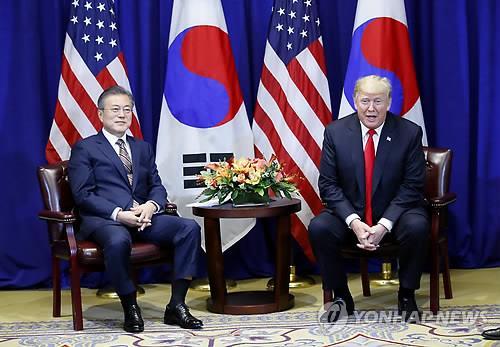 资料图片:当地时间9月24日下午,在美国纽约乐天纽约皇宫酒店举行的韩美首脑会谈上,美国总统特朗普做发言,左为韩国总统文在寅。韩联社