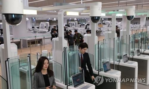 资料图片:自助办理出入境手续(韩联社)