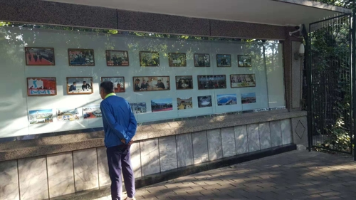 朝鲜驻华使馆公告栏张贴金正恩文在寅照片