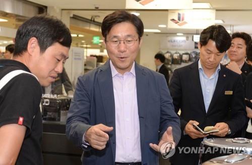 资料图片:9月30日,在乐天玛特首尔站店,产业通商资源部长官成允模在了解有关韩国购物旅游体验节的准备情况。(韩联社)